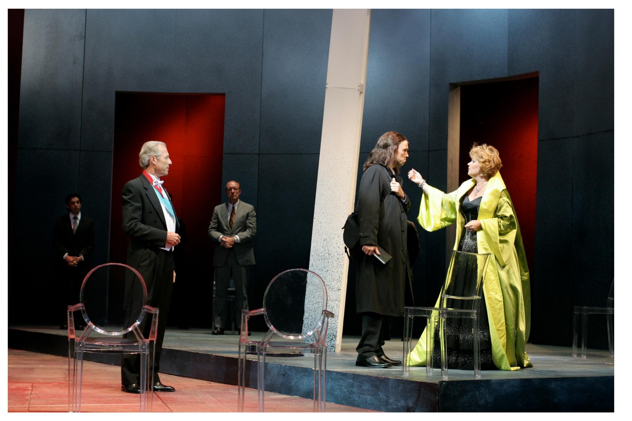 Will Lyman (Claudius), Jeffrey Donovan (Hamlet), and Karen MacDonald (Gertrude) in Hamlet, Shakespeare on the Common 2005