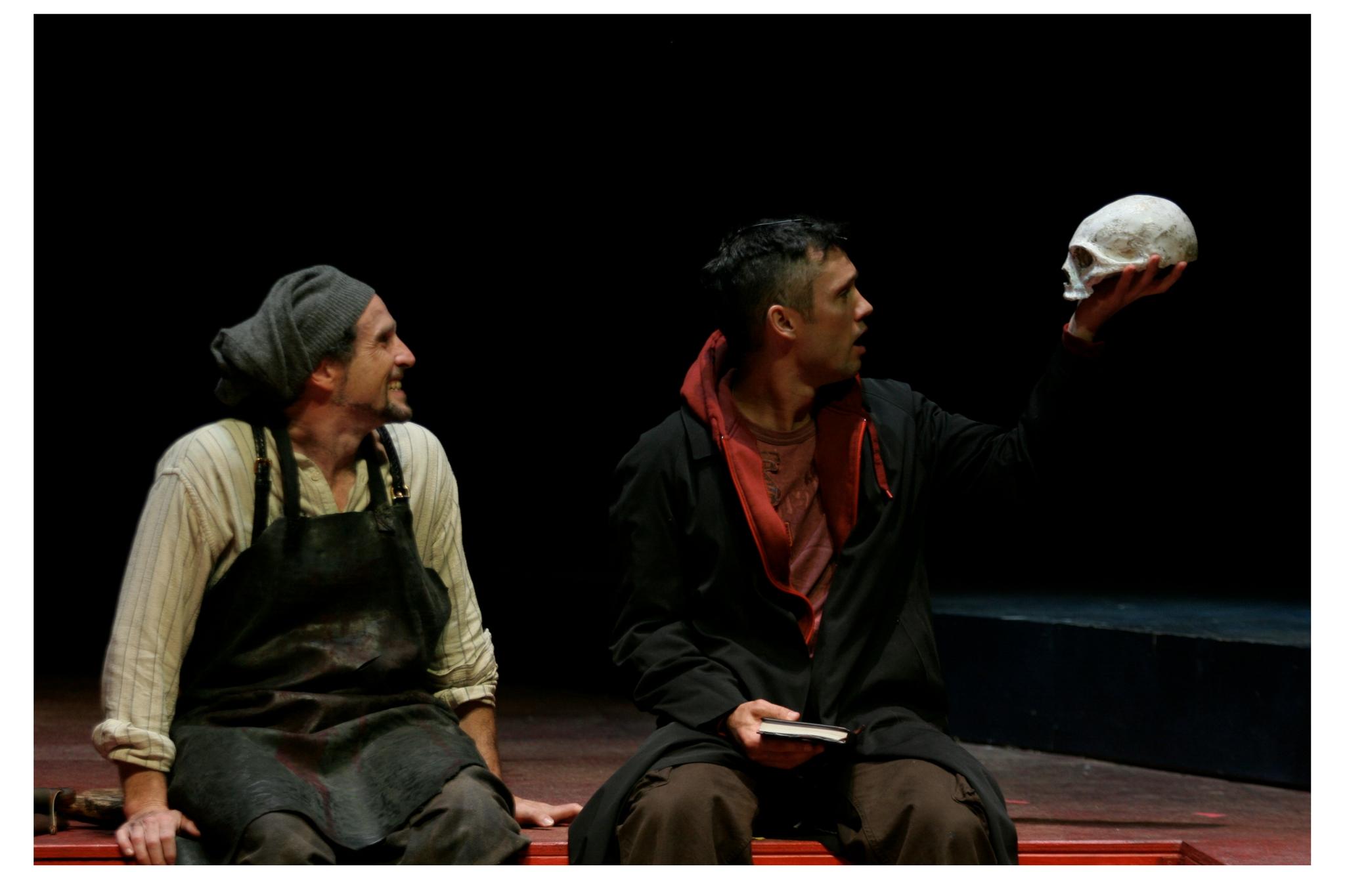 Jeremiah Kissel (Gravedigger) and Jeffrey Donovan (Hamlet) in Hamlet, Shakespeare on the Common 2005